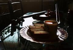 violin at tea (prax_pc) Tags: tea shortcake violin breakfasttable morning sundaymorning musicalinstrument musicpractice classicalmusic cup cakes