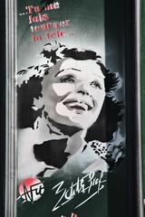 Edith Piaf (just.Luc) Tags: vrouw femme frau donna mujer woman chanteuse singer zangeres portret portrait ritratto retrato face gezicht visage gesicht café restaurant façade facade gevel parijs parigi paris montmartre france frankrijk frankreich francia frança