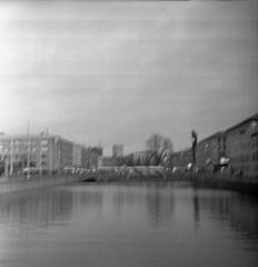 Brunnsparken (rotabaga) Tags: sverige sweden göteborg gothenburg lubitel166 lomo lomography twinlens blackandwhite bw bwfp svartvitt film tmax400 diy