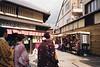 祇園 (Rayu Lin) Tags: 京都 日本 祇園 和服 kyoto japan konica konicac35 konicac35ef ぎおん gion lomography lomographynegative400 film 底片相機 kimono 135film フィルム きょうとし filmphoto