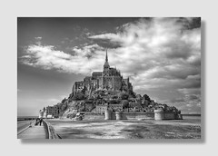 Le Mont St Michel tout simplement ... (Docaron ... Back again !) Tags: montstmichel normandie france dominiquecaron noiretblanc nb bw blackandwhite monochrome ciel nuages sky clouds abbaye abbey