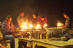 Ganga aarti et Brahmanes Varanasi India (geolis06) Tags: asia asie inde india uttarpradesh varanasi benares gangaaarti cérémonie ceremony puja brahmane hindu hindou hindouiste geolis06 olympus olympusomdem5 omdem5 banaras