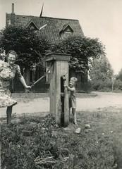 Renkum Veerweg bij pomp naast veerhuis Ton met ma Delsink Foto 1946 Collectie Ton Delsink (Historisch Genootschap Redichem) Tags: renkum veerweg bij pomp naast veerhuis ton met ma delsink foto 1946 collectie