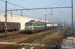 "HLE 2233 + charter train ""Orient Express"", Lembeek, 25th January 1992 (cfl1969) Tags: lembeek hle22 hle2233 sncb nmbs"