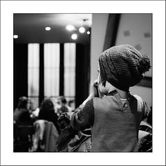 Curieuse (Napafloma-Photographe) Tags: 2017 arras artois fr france géographie hautsdefrance métiersetpersonnages pasdecalais personnes techniquephoto enfant napaflomaphotographe photoderue photographe province streetphoto streetphotography