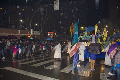 La lluvia no impidió que la gente abarrotara las aceras esperando el paso de la Cabalgata de Reyes