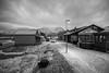 Isole Svalbard – Novembre 2017  Longyearbyen a 78°13′ N 15°33′ E (Maurizio Tattoni....) Tags: svalbard norvegia isolesvalbard longyearbyen freddo artico strada case montagne neve bn bw blackandwhite biancoenero monocrome leica 21mm mauriziotattoni