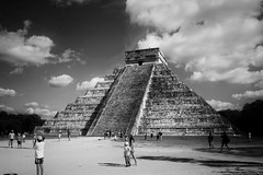 Chichén-Itzá (Mister Blur) Tags: elcastillo pirámide kukulkán pyramid temple ancient archeological site ruins chichénitzá yucatán méxico mayas blackandwhite bw blancoynegro nikon d7100 f16