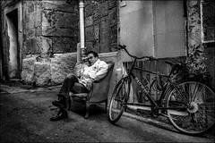 Le temps d'une pause!! / A break time! (vedebe) Tags: humain human people homme velo ville city rue street urbain urban noiretblanc netb nb bw monochrome