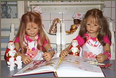 Anne-Moni und Milina schauen schon mal ins Backbuch ... (Kindergartenkinder) Tags: leleti reki kindergartenkinder annette himstedt dolls advent backen plätzchen annemoni milina
