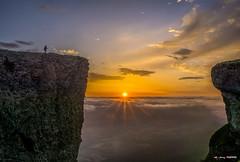 Un momento de nacer (Jabi Artaraz) Tags: jabiartaraz jartaraz zb euskoflickr beriain amanecer nacer luz light montaña sol sun niebla valle nature luces pax paz