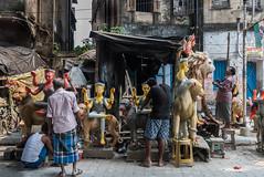 Kalighat, quartier des fabricants d'idôles, Calcutta,  Bengale occidental, Inde (Pascale Jaquet & Olivier Noaillon) Tags: idoles scènederue artisanat religionhindouisme artisan durga calcutta bengaleoccidental inde ind