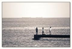 familia frente al mar (_Joaquin_) Tags: joaquinlapizaga nikond3200 nikkor55300mm uruguay montevideo laspiedras fotos retrato portrait street calle airelibre flickr joalc joafotografia mulle horizonte barco boat mar peolple pesca pescadores