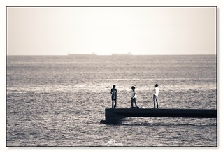 familia frente al mar