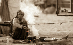 Sepiafire . . . (Swaranjeet) Tags: sepia pushkar rajasthan india swaranjeet sjs sjsvision rural cook cooking woman fire animalfair camelfair 7dmkii 70200f28 monochrome singh photographer thane mumbai swaranjeetsingh indian