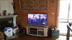 20171209_123918 (C&C52) Tags: intérieur maison décoration objets télévision actualité hommage cérémonie