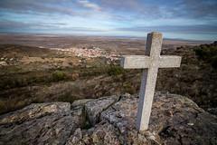 Sierra de Fuentes (Cáceres) (AntonioOQ) Tags: sierra de fuentes paisaje cruz rocas cielo pueblo montaña cáceres vistas