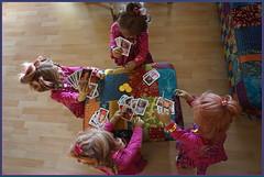 ... den Überblick behalten ... (Kindergartenkinder) Tags: kindergartenkinder annette himstedt dolls annemoni milina sanrike tivi karten kartenspiel