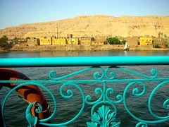 Paseo por el Nilo (alfonsocarlospalencia) Tags: nilo egipto luxor vida recuerdos origen crecida codo faluca vela orilla azul amarillo poblado bote barco paz tebas historia atardecer nostalgia belleza antigüedad salvavida luz almuédano almuecín oxirrinco