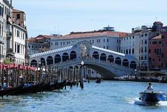 Puente de Rialto (Venecia, Italia, 17-6-2017) (Juanje Orío) Tags: 2017 venecia venezia italia italy patrimoniodelahumanidad worldheritage canal agua water barco boat ship puente bridge lancha