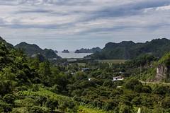 Výhled na ostrůvky (zcesty) Tags: vietnam17 skála moře krajina vietnam catba dosvěta hảiphòng vn