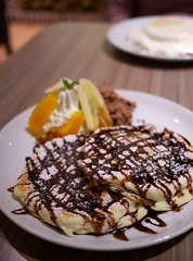 Ricotta Pancakes with Chocolate Sauce (Long Sleeper) Tags: sweets dessert food cafe takakuramachicoffee 高倉町珈琲 pancake pancakes ricottapancakes ricottacheese chocolatesauce fruit fruits banana orange hachioji tokyo japan dmcgx1