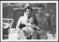 Archiv O514 Junge Familie, 1960er (Hans-Michael Tappen) Tags: archivhansmichaeltappen bad schwimmen freibad badevergnügen freizeit hobbys mutter vater kleinkind badeanzug badehose outdoor familie fotorahmen 1960er 1960s