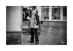 Kurze Pause (Fujigraf) Tags: pause mann street essen fastfood strase stadt bummel schauen lesen brötchen wurst geschäft menschen regen