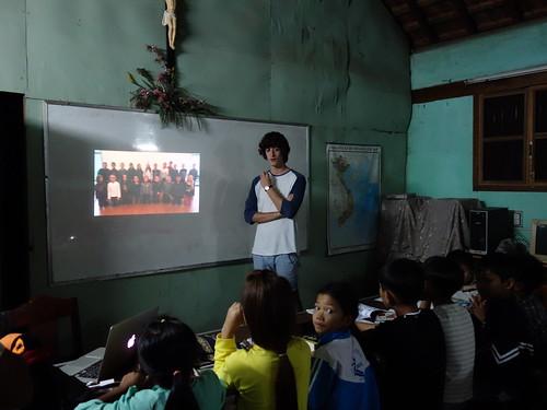 En leur montrant la vidéo d'explication des Petits Capellos !