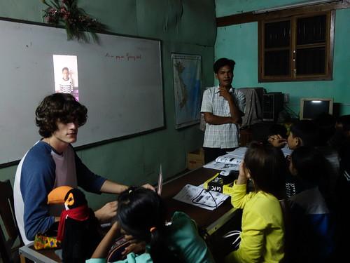 Guillaume et Pelico en plein visionnage  de la vidéo de présentation de la classe des CE2 de Léonard de Vinci, avec des enfants banhars et vietnamiens