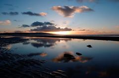 Dol fodha na grèine, Tràigh Phreastabhaig (Rhisiart Hincks) Tags: scáil reflexión adlewyrchiad islada adsked reflection faileas coucherdusoleil zonsondergang dulfaoinagréine machlud auringonlasku kuzhheol ilunsenti solpor tramonto sonnenuntergang napnyugta sunset dolfodhanagrèine lhienygreiney zachódsłońca solnedgång ayrshire prestwick preastabhaig siorrachdinbhiràir plaja trá playa hondartza tràigh beach traeth traezh traezhenn plage strand pláž ranta praia пляж môr mor mer muir farraige sea itsaso hodeiak koumoul clouds cymylau scamaill sgòthan pilviä felhők mākoņi debesys quiet sioul llonydd tawel distaw bare ciùin socair ciúin