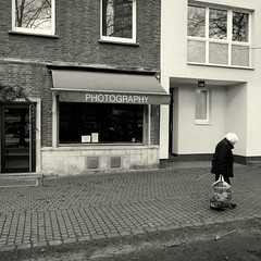 PHOTOGRAPHY (Bernhardt Franz) Tags: photography showcase shopwindow schaufenster fotoladen facade woman buildings blackandwhite bw böller street firework silvester neujahr