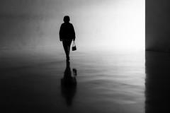 2267 (explored) (.niraw) Tags: kolumbamuseum köln gegenlicht frau tasche strasenfotografie spiegelung kunst leer leere bw kontrast hell dunkel silhouette