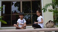 brother and sister playing with fidget spinners (the foreign photographer - ฝรั่งถ่) Tags: boy girl sister brother playing fidget spinners wat prasit mahathat bangkhen bangkok thailand nikon d3200 buddhist temple balcony