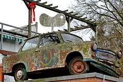 Schrott........und bleibt trotzdem Kult. (dl1ydn) Tags: auto car trabi kult schrott sbz ddr pkw dl1ydn planar 28100mm pappe rennpappe altglas manuell mf trabant outside zeiss