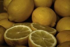 ¿ Odiosa yo ? ¡ qué tonterías dices ! Si soy más dulce que un limón..🍋🍋🍋🍋🍋 (elena m.d.) Tags: limón lemon amarillo yelow fruta monocromo colores elena new 7dwf nikon