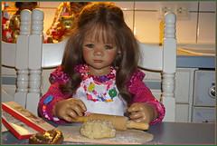 Milina ... aller Anfang ist schwer ... (Kindergartenkinder) Tags: kindergartenkinder annette himstedt dolls annemoni milina weihnachten advent backen plätzchen