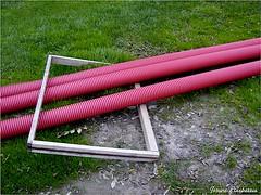 Estaban de obras... (josuneetxebarriaesparta) Tags: tubos hierba marco artística creativa