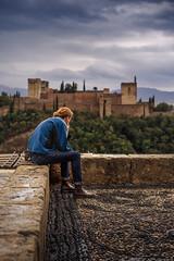Pelirroja Alhambra (Antonio_Luis) Tags: pelirrojo turista turismo alhambra albaicin albayzin albayzín mirador san nicolas lluvia nubes nublado persona palacio monumento unesco soledad contemplacion ciudad urbano street