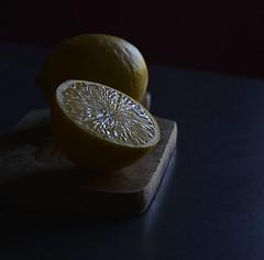 Un citron et la moitié d'un autre pour 2010 huîtres, ça fait court, non ? :-)) (Thierry.Vaye) Tags: citron planche