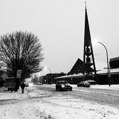 Cocktail météo : neige/verglas/grésil/neige... il valait mieux rester chez soi... (woltarise) Tags: beaubienest rue église école tempête neige 10cm rosemont quartier montréal streetwise