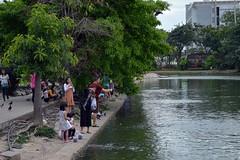making merit at the temple (the foreign photographer - ฝรั่งถ่) Tags: making merit feeding birds fish wat prasit mahathat buddhist temple bangkhen bangkok thailand nikon