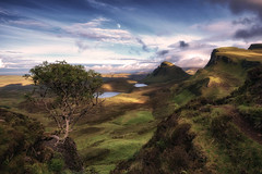 - Abendstimmung am Quiraing - (verbildert) Tags: scotland isle skye quiraing evening moon last rays light ngc mountain hill tree dramatic idyllic range
