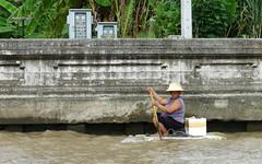 Precariedad laboral (grand poulet) Tags: canal klong chaophraya bangkok tailandia vendedor poliestireno