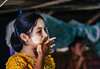 Esos gestos espontaneos... (Nebelkuss) Tags: myanmar mrauku birmania burma asia chica girl bokeh desenfoque retratos portrait candid fujixt1 canonfd100f28 momentos moment instantes instant ladrondemomentos instantsthieve
