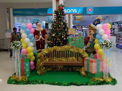 get your photo taken with santa claus and a christmas tree and a teddy bear (the foreign photographer - ฝรั่งถ่) Tags: bench santa claus christmas tree teddy bear packages balloons tesco lotus supermarket bangkhen bangkok thailand sony 2017