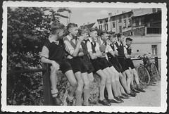 Archiv O569 Meine Kameraden und ich, Fahrt nach Letzlingen, 1930er (Hans-Michael Tappen) Tags: archivhansmichaeltappen drittesreich thirdreich nazigermany hitlerjunge hitlerjugend hj 1930s 1930er outdoor fotorahmen auffahrt letzlingen fahrrad kleidung frisur schuhwerk deutscherkoppelschnitt koppelschnitt koppelhaarschnitt wehrmachtsschnitt wehrmachtshaarschnitt scheitel seitenscheitel scheitelfrisur seitenrasiert