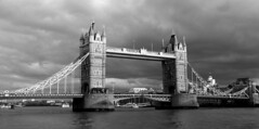 Londres bn_0076 (Joanbrebo) Tags: london blancoynegro blackwhite monochrome canoneos70d eosd efs18135mmf3556is autofocus arquitectura edificios edificis buildings bridge pont puente thames rio river riu nubes nuvols nuages clouds