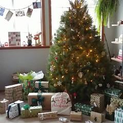 #merrychristmas #christmastree #douglasfir #christmasday #ornaments #stringlights #presents #christmascards #garland #brownpaperpackages #tiedupwithstring #wawinecountryrental (Heath & the B.L.T. boys) Tags: instagram christmas tree presents kraftpaper gnome toadstool adventcalendar stringlights evergreen home rental garland ribbon twine giftwrap mushroom