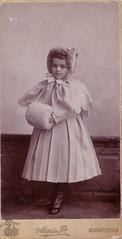 (Ferencdiak) Tags: girl hungary mai portré gyermekportré kislány budapest fehér muff white maimano maiéstsa